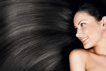 Protáhlý nástroj se zoubky na česání vlasů
