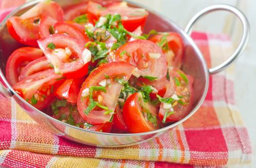 Rajčatovy salát s cibulí