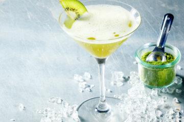 Matcha kiwi koktejl s oříšky