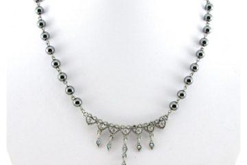Šperky a hedvábné šátky jsou slabostí žen!