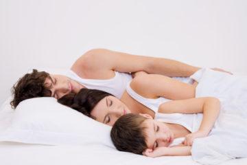 Spíme, zíváme, chrápeme a většinou jsme praváci. Proč?
