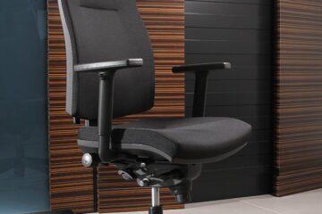 Vkanceláři je důležitá pohodlná kancelářská židle nebo křeslo. Jak na ni ale sedět?