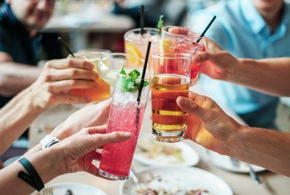 Osvěžující koktejly, které byste si měli připravit během léta