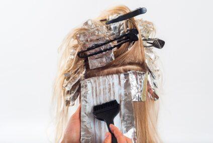 Skvrny na pokožce od barvy na vlasy: Jak se jich rychle zbavit?