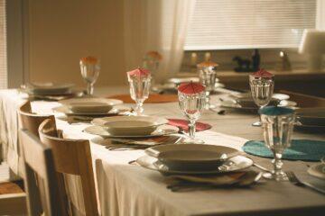 Vybavujeme kuchyň bytovým textilem. Co vám nesmí chybět?