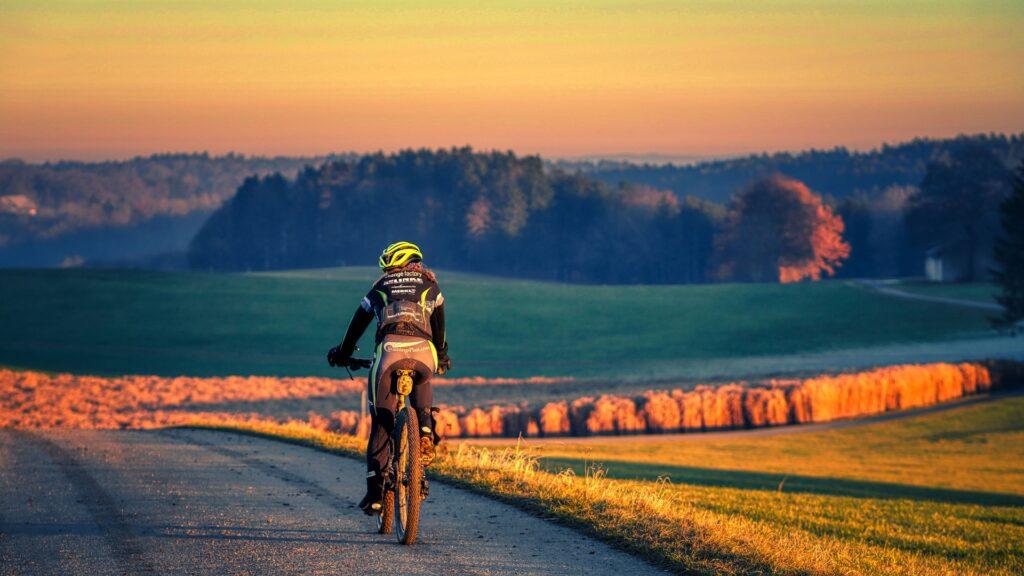 Cyklistka jedoucí krajinou